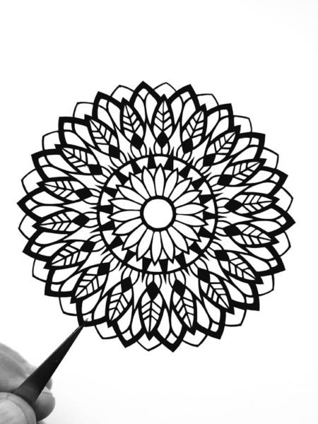 Mandala cadre en découpe de papier